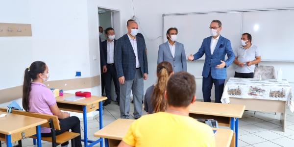 Başkan Kartoğlu'ndan Öğrencilere İlk Gün Sürprizi