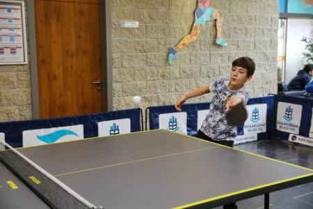 Masa tenisi turnuvasında renkli görüntüler