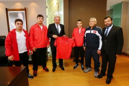 Milli Güreşçiler Başkan Uysal'ı ziyaret etti
