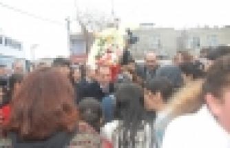 Karabat Şahintepe'de karanfil dağıttı