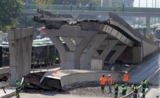İstanbul Avcılar'da Metrobüs Köprüsü Çöktü