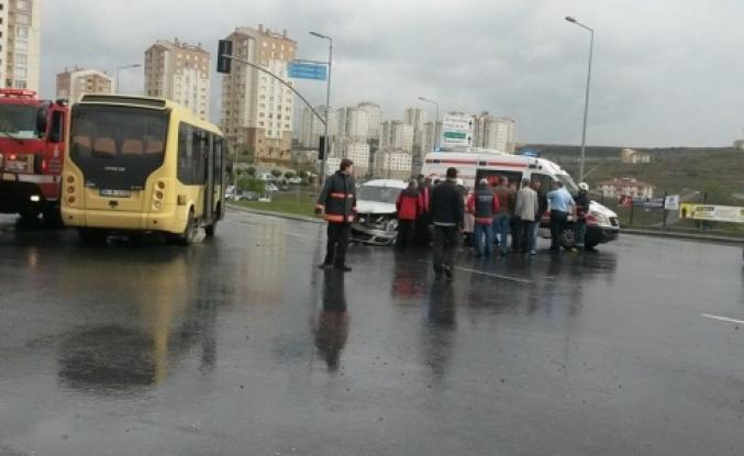 Kayaşehir'de dikkatsiz minibüs sürücüsü az kalsın felakete yol açacaktı
